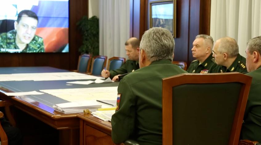 库尔德武装指挥官与俄罗斯高级军官通话。(图源:今日俄罗斯)