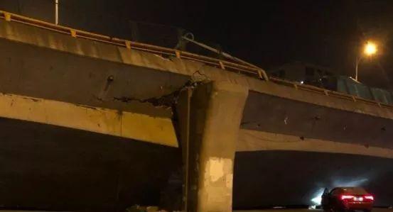▲这是江苏无锡高架桥侧翻事故救援现场 图片来源:新京报