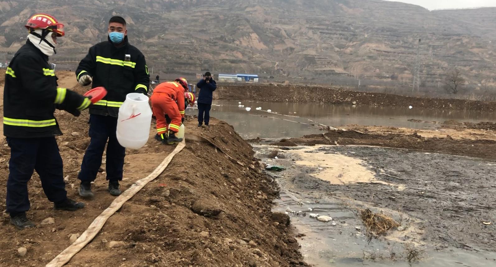 应急人员在治理污染。新京报记者 马新斌 摄