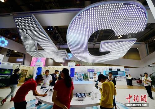 资料图:2013年10月25日,厦门市民在体验中国移动4G网络。 中新社记者 张斌 摄