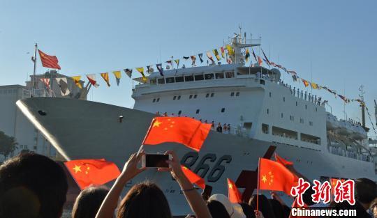 和平方舟缓缓驶进圣多明各港。江山 摄