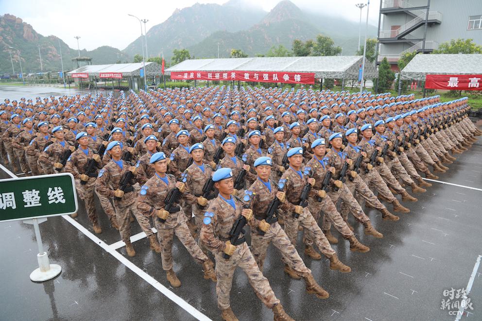 △首次亮相的维和部队方队。(央视记者刘笑宇拍摄)