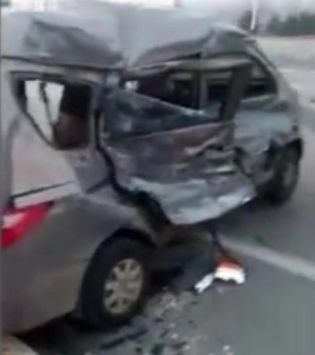 被撞毁的面包车。视频截图