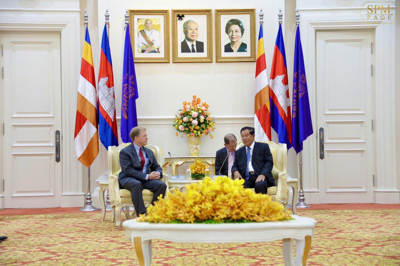 21日,洪森(右)会见美国驻柬大使 图源:洪森脸书