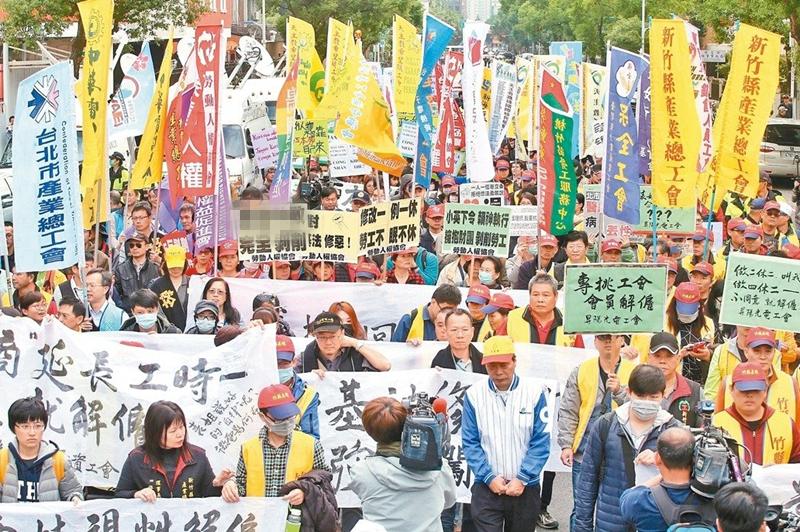 """台湾民众抗议""""劳基法""""修恶。(图片来源:台湾《联合报》)"""