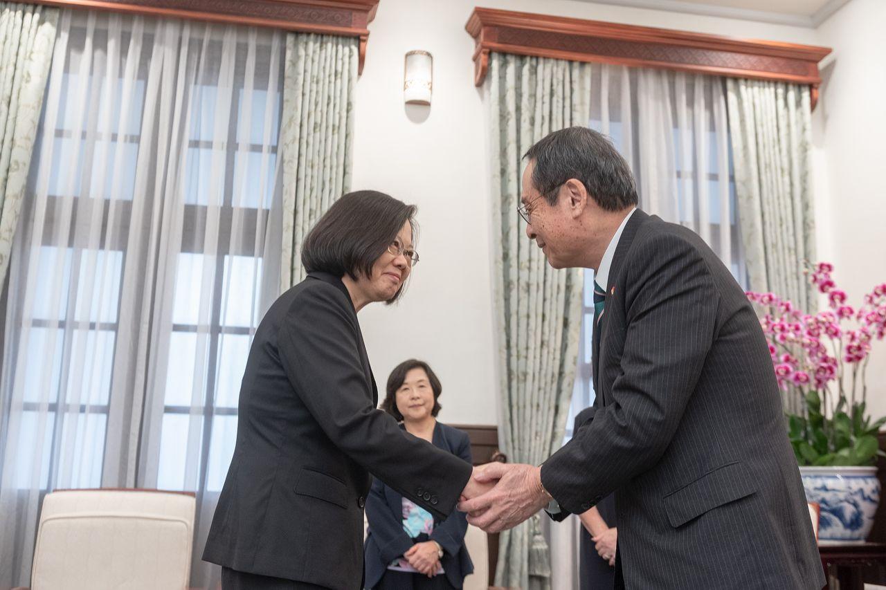 蔡英文(左)12月5日和藤井孝男(右)见面(图片来源:台媒)