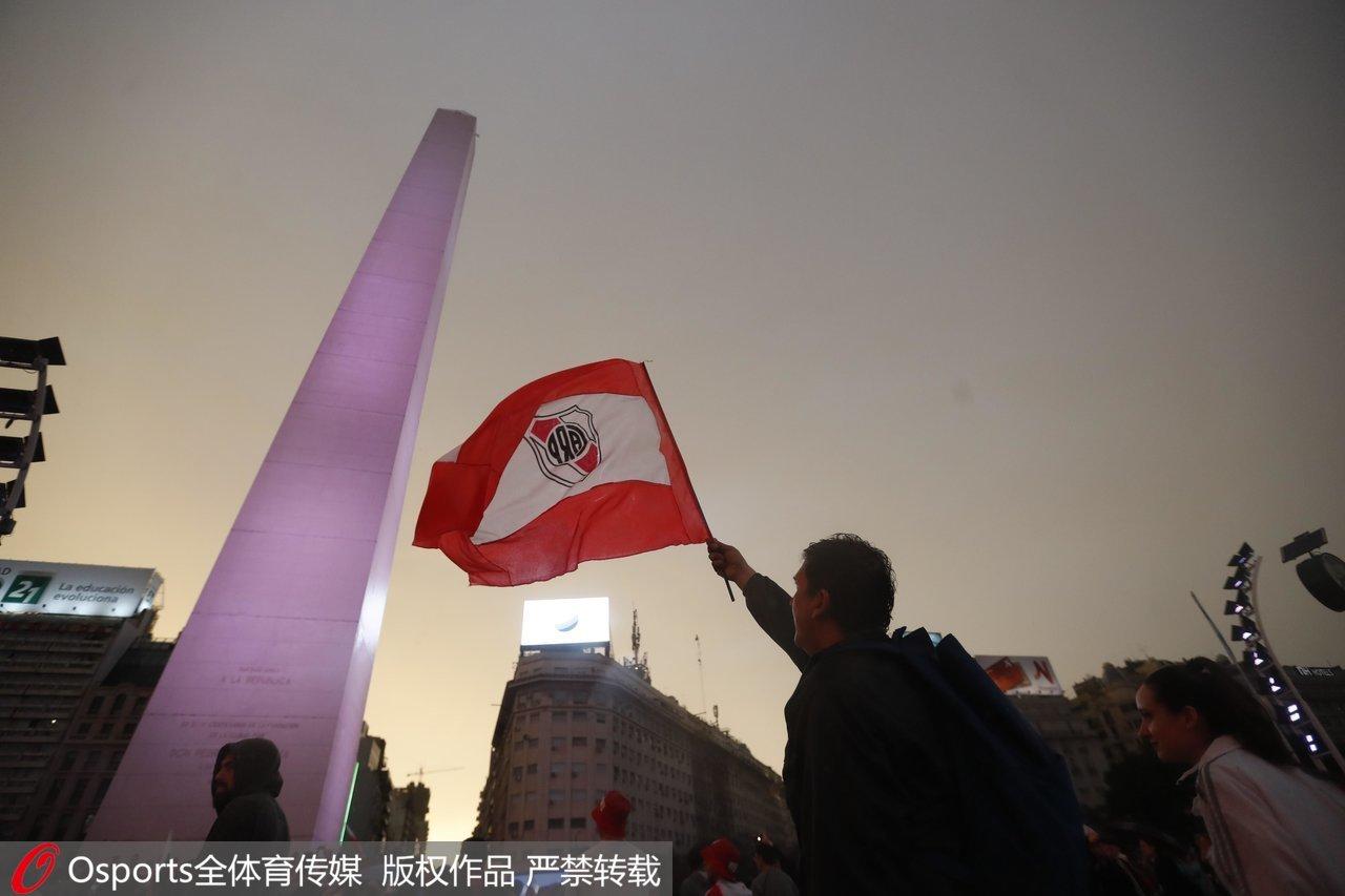 球迷挥舞河床旗帜。