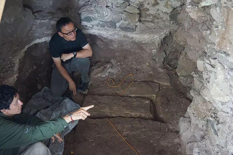 在科潘遗址的考古挖掘现场,李新伟和洪都拉斯考古学正在分析墓葬组织。社科院考古所供图