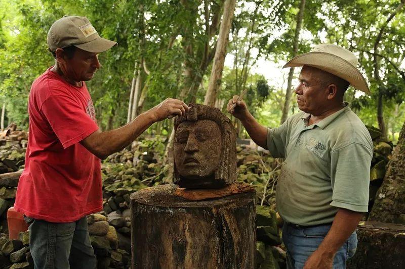 在科潘遗址的考古挖掘现场,考古队工人们正在修整刚刚出土的玉米神头像。社科院考古所供图