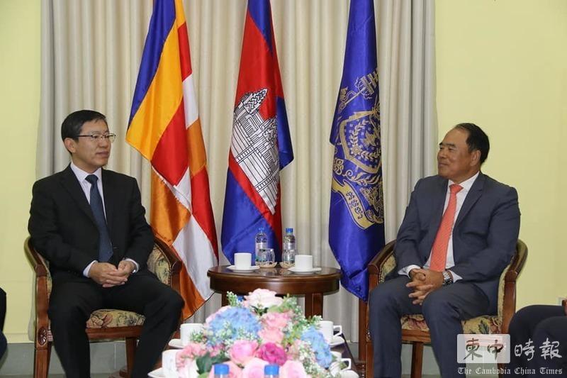 中国向柬埔寨赠送扫雷装备 包括探测器扫雷服等
