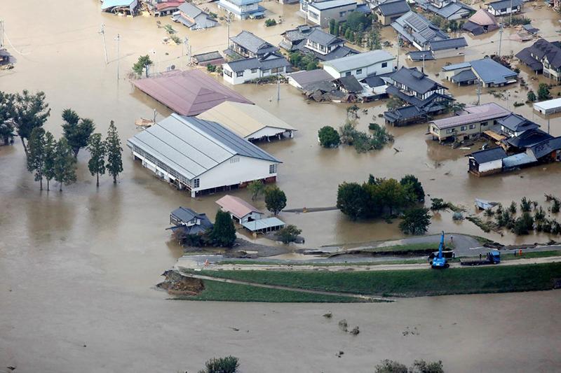 10月13日,在日本长野县,千曲川河水侵袭住宅区。 新华社 图