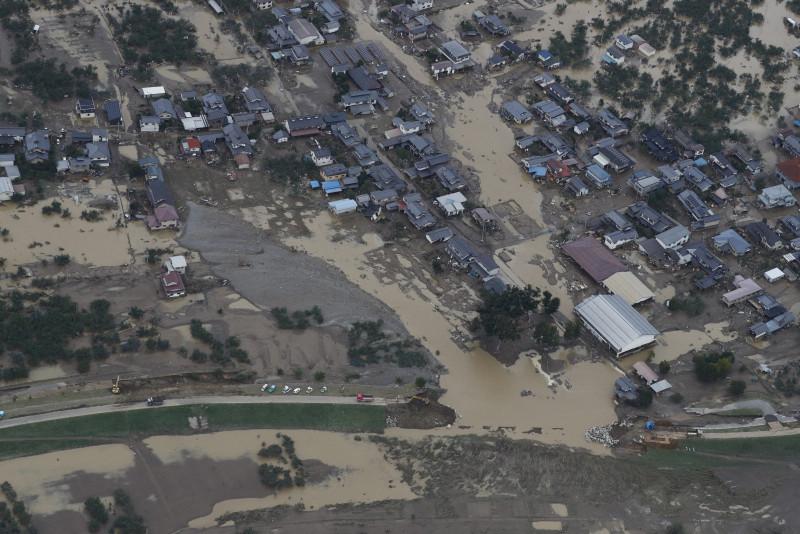 """13日,长野县境内的千曲川因""""海贝思""""带来的强降雨而溃堤(《每日新闻》)"""