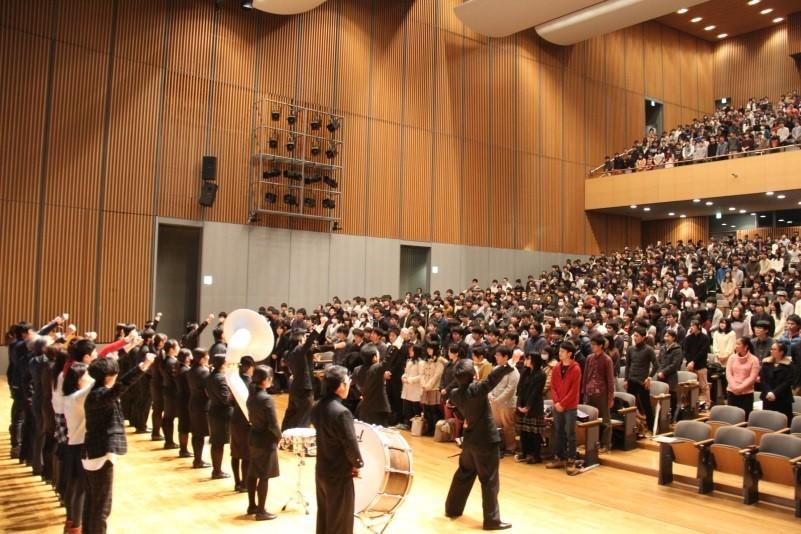 图为日本明治大学为鼓励就职学生而举行的应援活动(明治大学官网)