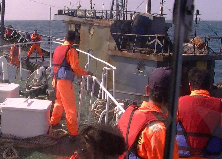 """台""""海巡队""""扣押一艘大陆渔船,图片来源:香港""""东网"""""""