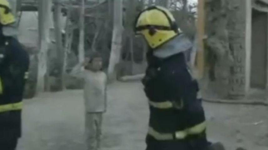 男孩向在场消防员敬礼。视频截图