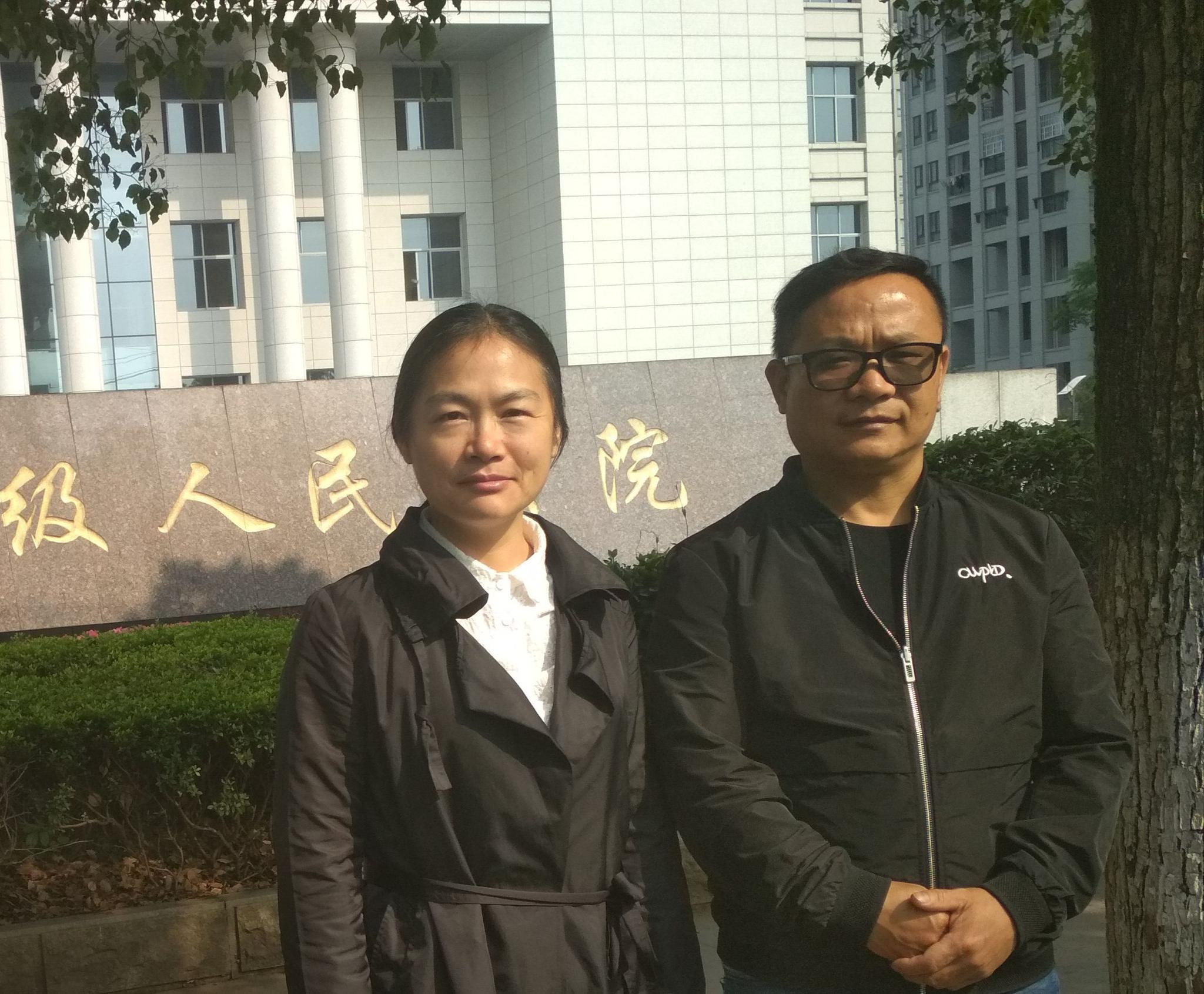 邱国荣(右)及其辩护人郑晓静(左)。 受访者供图
