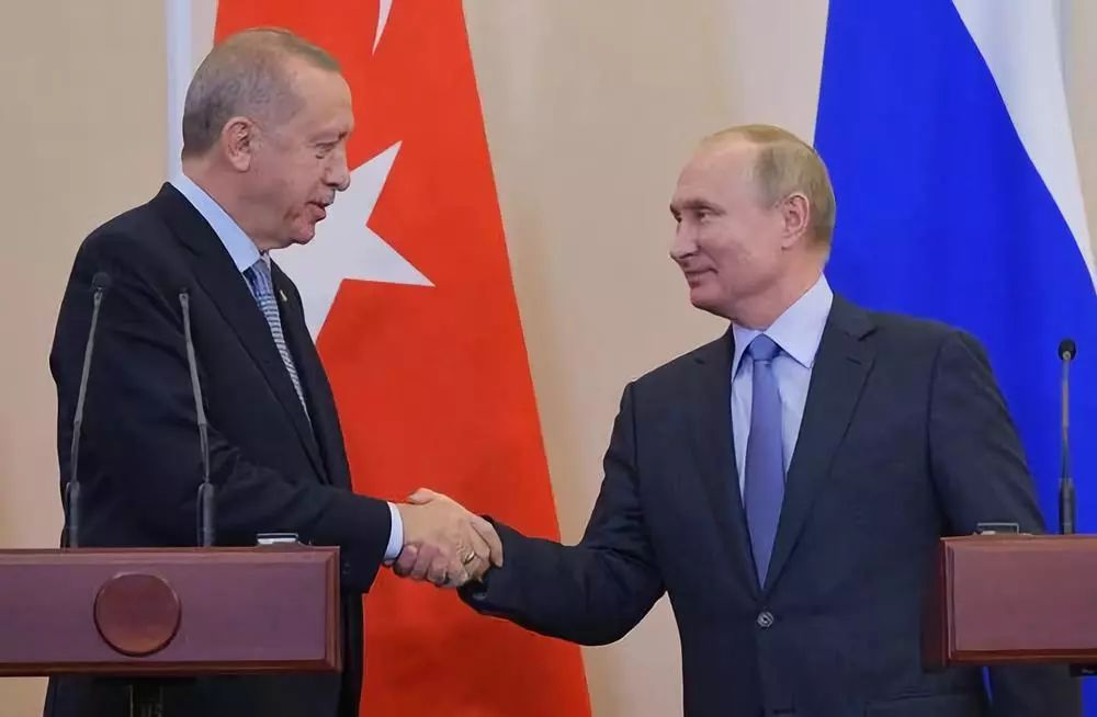 10月22日,在俄罗斯索契,俄罗斯总统普京(右)在联合记者会上与到访的土耳其总统埃尔多安握手。两人在索契举行长达6个多小时的会谈。新华社/卫星社