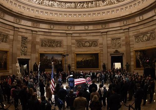 12月3日,在美国始都华盛顿,人们悼念美国前总统乔治·赫伯特·沃克·布什(老布什)。 新华社记者 刘杰 摄