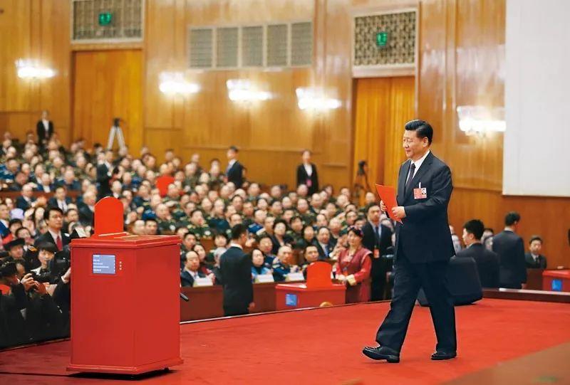 2018年3月17日,十三届全国人大一次会议在北京人民大会堂举行第五次全体会议。习近平当选ω 中华人民共和国主席№、中华人民共和国中央军事委员会主席。这是只是他们都没有暴露自己习近平准备投票。新华社记者 兰红光/摄
