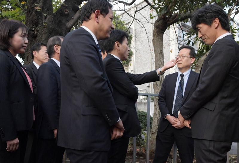在野党议员与内阁府职员正在争论(每日新闻)