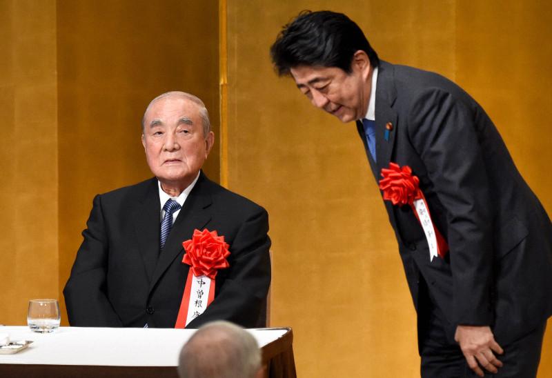 安倍谈中曾根逝世:他让日本的国际地位大幅提高