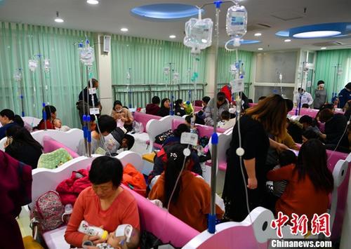 资料图:儿童医院输液大厅内人满为患。中新社记者 翟羽佳 摄