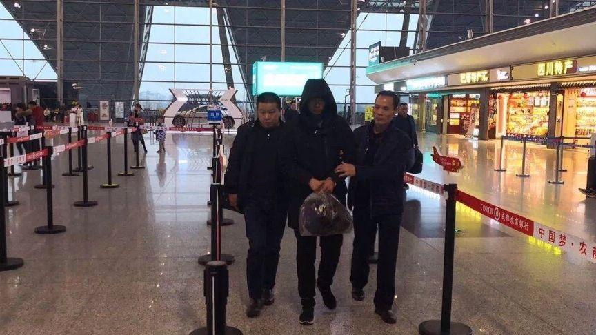 犯罪嫌疑人孙某被押解至汕头。 图片来源:汕头龙湖公安