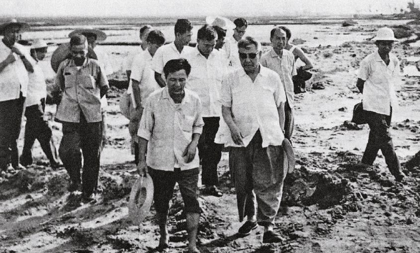 1978年,习仲勋(前排右)在广东视察农田水利建设。