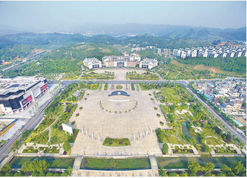 图为汝城县举债修建的爱莲广场,与广场相对的是县委县政府的办公大楼。 来源:中国纪检监察报