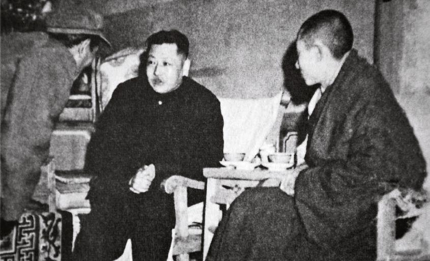 1951年12月,习仲勋(中)代外中共中心和毛泽东到青海西宁为即将返回西藏的十世班禅(右)送走。