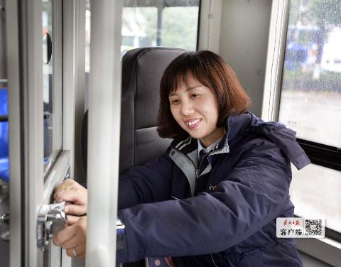 武汉公交车上的驾驶室坦然防护门 长江日报 原料图