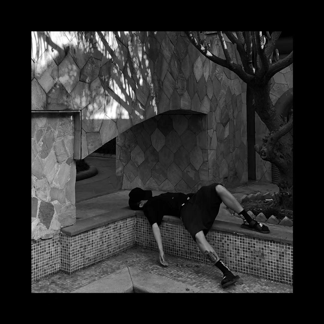 """10月,丁满拍了一组照片,他躺在城市各个角落的地上,""""很丧,很颓""""。受访者供图"""
