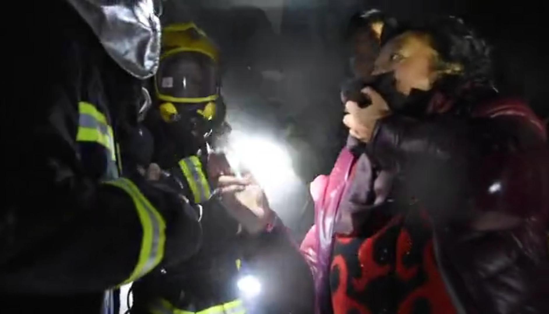 四川一居民樓起火6人獲救 消防員救人後缺氧昏迷