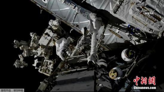 原料图:美国宇航局宇航员在国际空间站外部伸开做事。