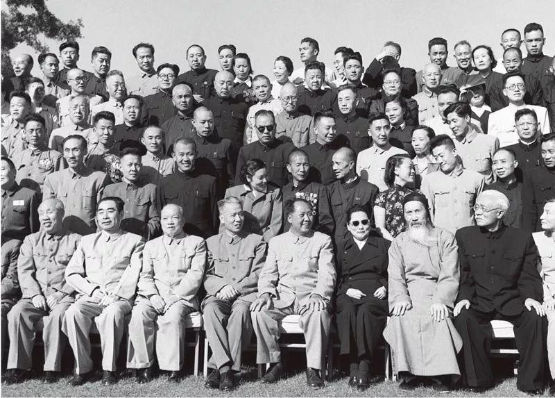 中华人民共和国第一届全国人民代表大会第一次会议全体代表于1954年9月21日合影。毛泽东主席和代表∏们在一起。前排左起:董必武、周恩来、李济深、刘少奇、毛泽东、宋庆龄、张澜、林伯渠。新华社稿 侯波/摄