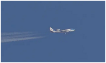 """2018年,英国约克郡上空,驶向伊拉克的""""空军一号""""飞机 图自英国《卫报》"""
