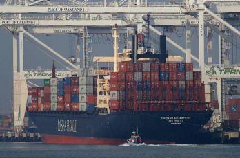 资料图片:一艘集装箱货轮停靠在美国奥克兰港口。(美联社)