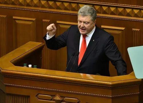 11月26日,在乌克兰基辅,乌克兰总统波罗申科在议会发外说话。新华社/法新