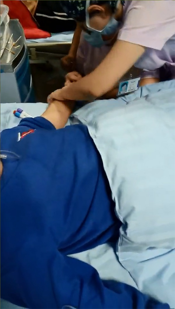 学生被送往县医院诊治 学生家长供图