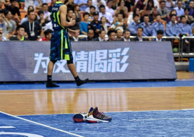"""In the second round of the CBA League on November 2, 2016, the CBA league and sponsors asked players to wear Li Ning sneakers. Yi Jianlian, who signed NIKE, said """"foot discomfort"""", Li Ning sneakers off the field map from Xinhua News Agency"""