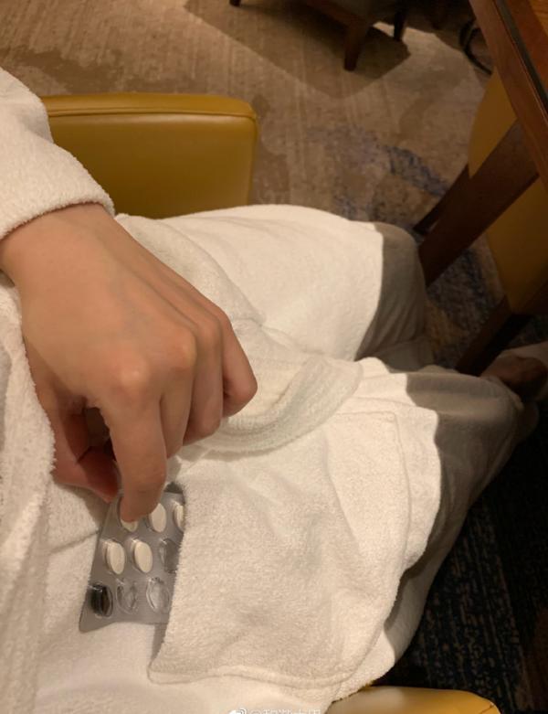 """微博网友发帖称易优娱乐平台,上海五角场凯悦酒店提供的浴袍中有半板吃剩的""""白加黑""""感冒药。本文图片均来自@和谐大巴"""