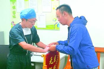 16日,老丁的儿子小丁来到山大二院向血管外科吴鹏医生致谢。