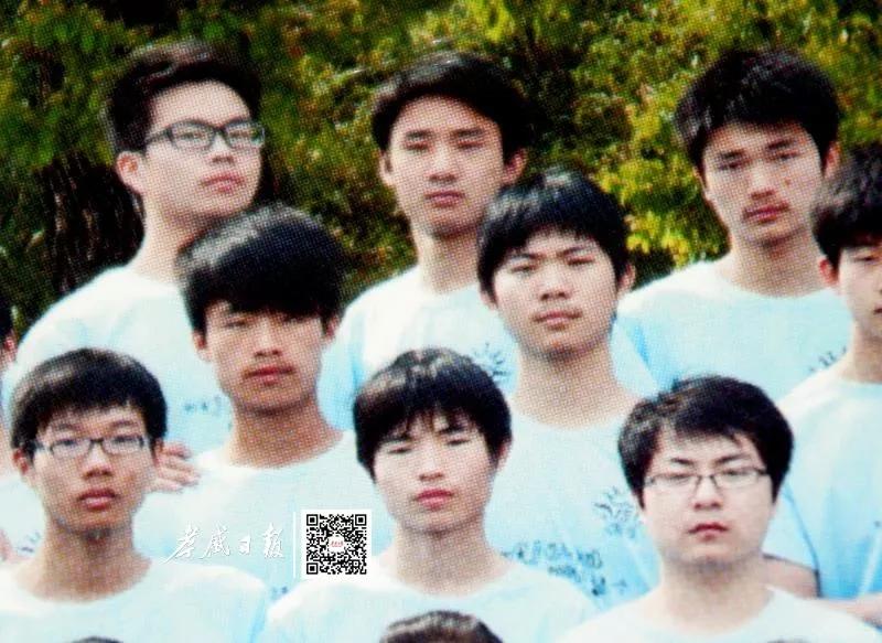 汪耀峰毕业照片(最后排中间)
