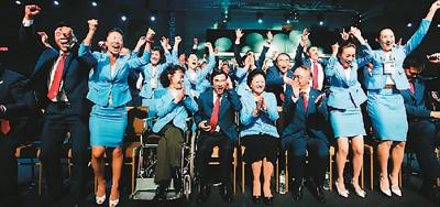2015年7月31日,北京申冬奥代外团成员祝贺获得2022年冬奥会举办权。 新华社记者 王丽莉摄