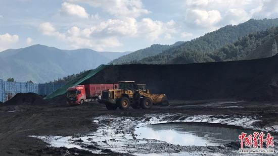 巡查时,甘肃祁连山国家级自然保护区内,天祝煤业仍在开采运输。