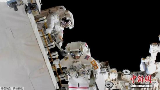 資料圖:國際空間站上兩名宇航員尼克·黑格和安妮·麥克萊恩兩人完成了太空行走,歷時6小時39分鐘。