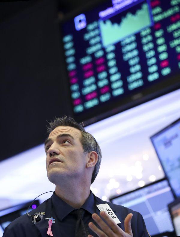 12月3日,营业员在美国纽约证券营业所做事。