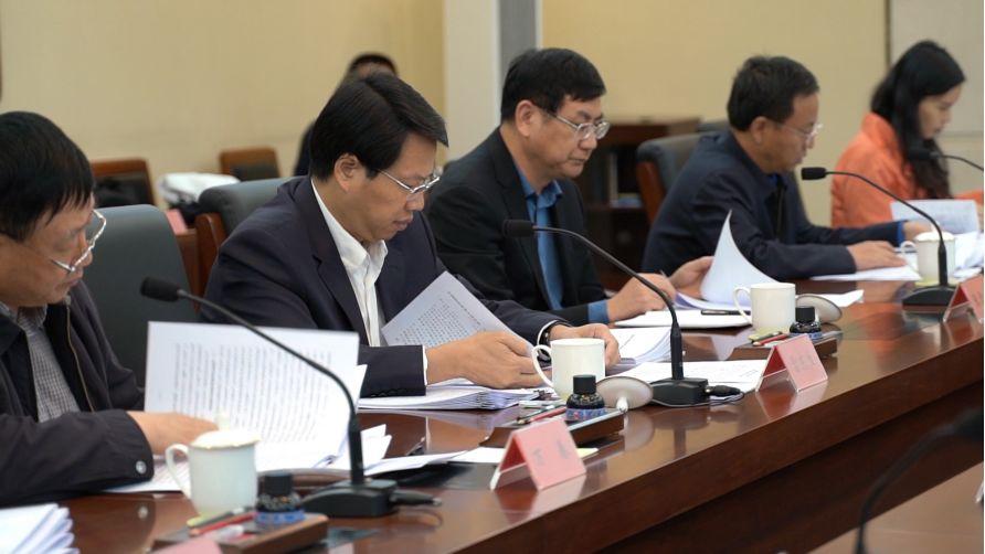 (图:2019年10月13日,中国政法实务大讲堂第一批讲稿评审会,在中央政法委举行。左二为中央政法委副秘书长雷东生在带领评审小组成员审阅讲稿。摄影:叶雨蒙)