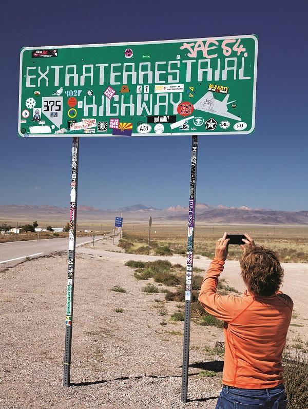"""一条通向内华达州传说中的51区的高速公路被UFO粉丝们称为了""""外星生物高速公路""""。图据《新闻周刊》"""