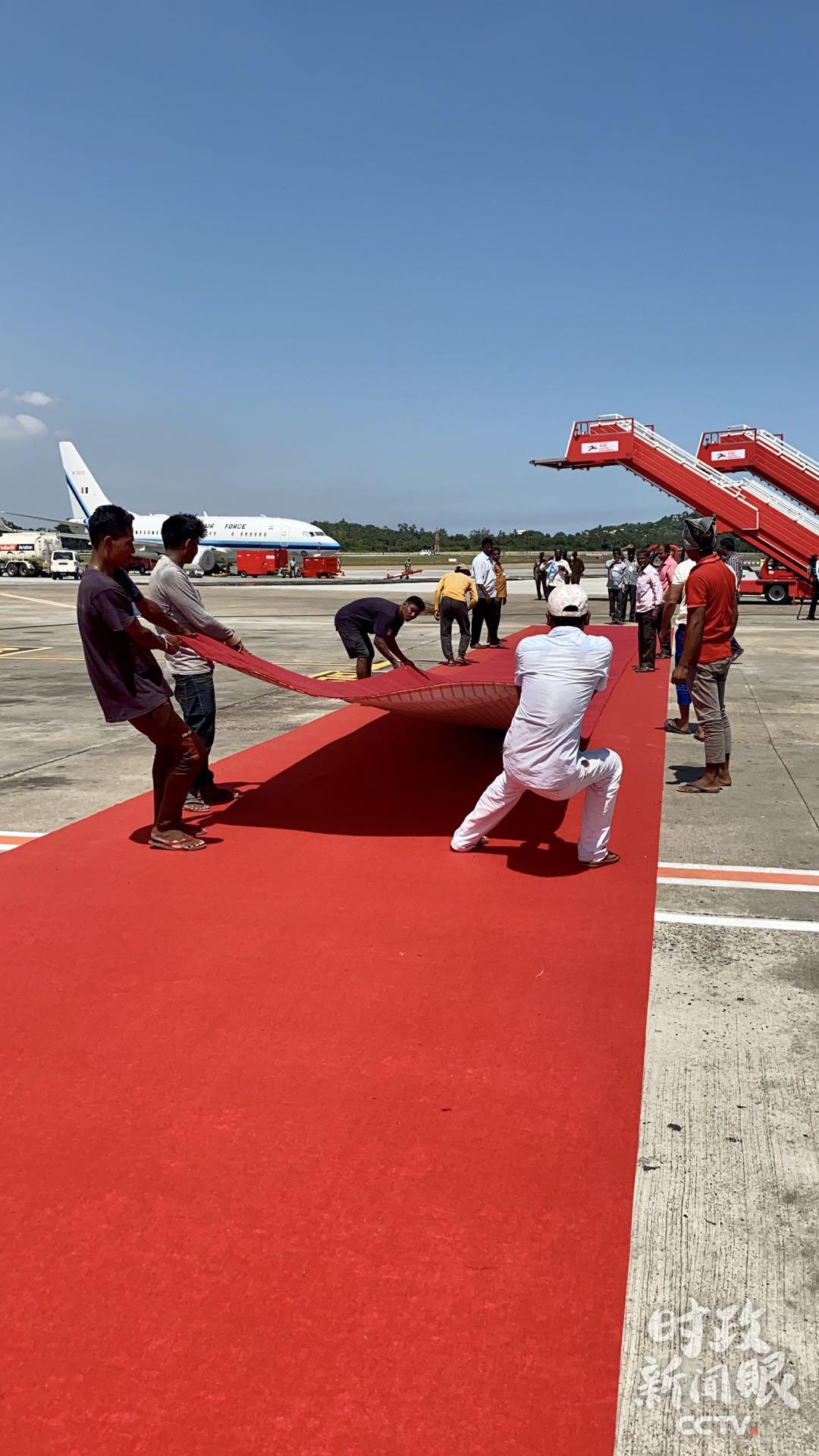 △机场工作人员正在做最后准备。